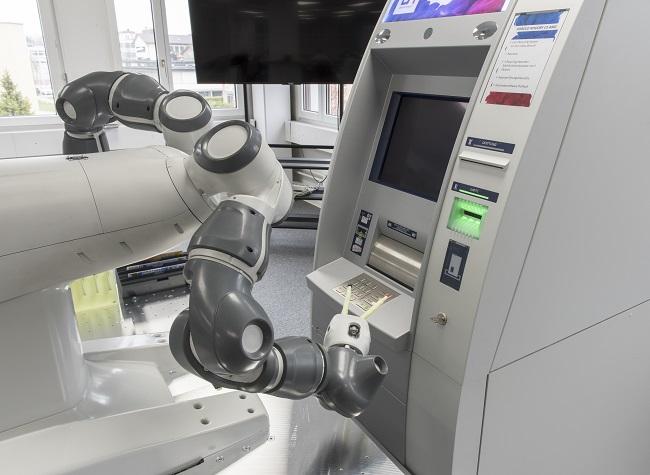 Роботът YuMi тества банкомати и готви суши