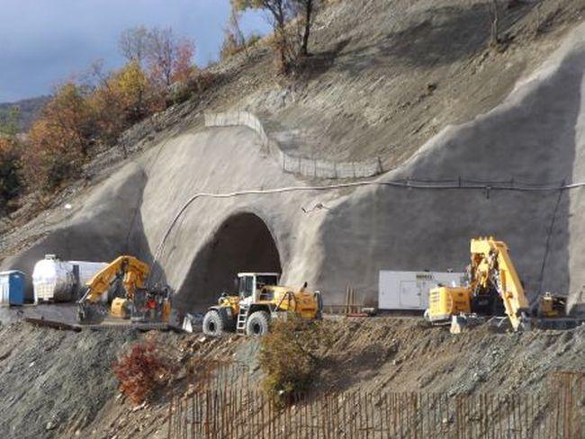 Машини Liebherr работят на тунел Железница от АМ Струма