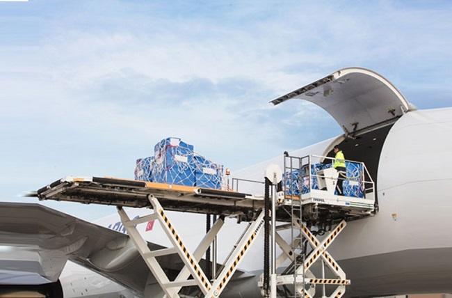 Пътнически самолети стават товарни заради кризата