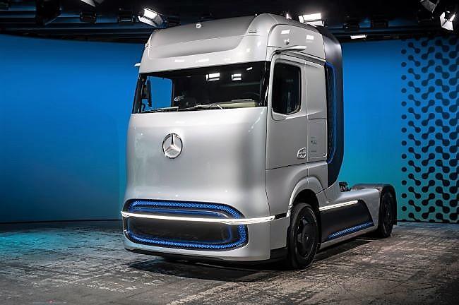 Влекачи Mercedes-Benz Actros във водороден и електрически варианти